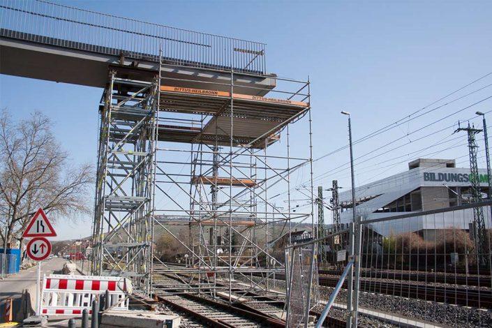 Gerüst Brücke über Bahngleise